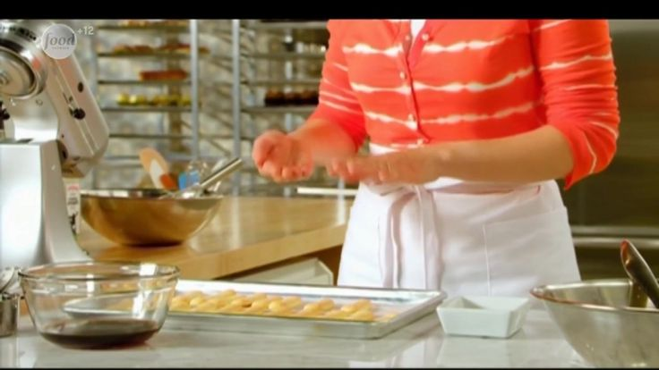 Анна покажет, как приготовить это легкое пористое печенье. Сначала она обмакнет его в шоколад, чтобы придать савоярди оригинальный вкус, а затем это лакомство станет основой для всеми любимого итальянского десерта - тирамису.