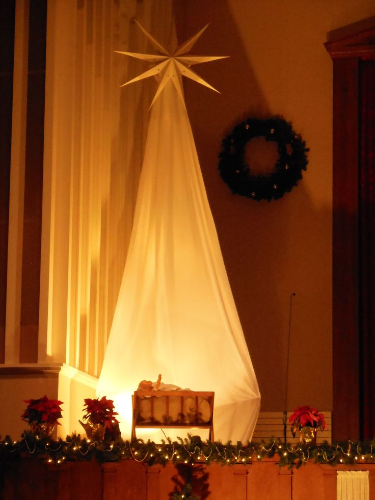 Star and manger scene, Christmas Eve 2014 Fort Dodge United Methodist Church, Fort Dodge, IA.