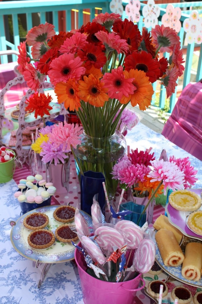 Alice in wonderland table decorations alice in for Alice in wonderland party decoration ideas