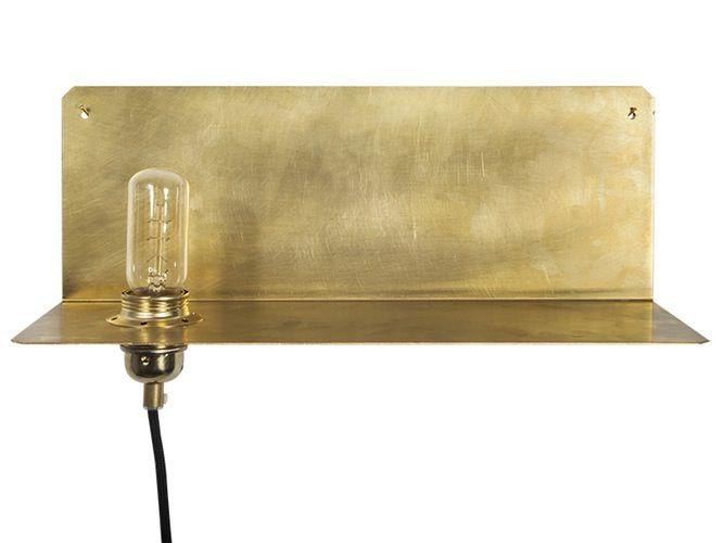 Når lyset slås på i denne lampen, kaster den skimrende messinghyllen fra Frama et gyllent varmt lys i rommet. 90o, 2500 kr, Kollekted.