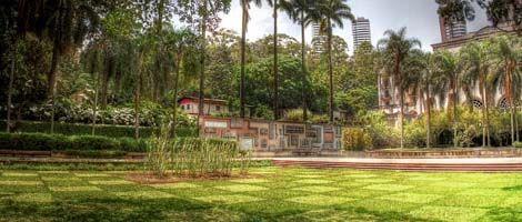 Localizado na zona sul de São Paulo, o Parque Burle Marx surgiu de forma diferente.  O arquiteto-paisagista Roberto Burle Marx criou o projeto artístico e paisagístico do parque especialmente para integrar os jardins de uma casa, projetada por Oscar Niemeyer na década de 1950. A casa nunca foi concluída ou habitada, e nos anos 1990, foi demolida. Em 1995 os jardins foram aproveitados para dar lugar ao parque. Imagem: Caio Pimenta/ SPTuris.