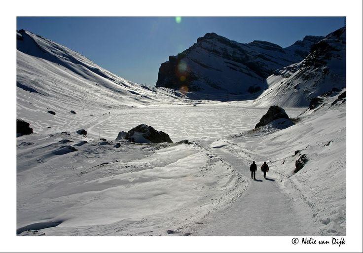 Daubensee......Het geheel bevroren en ondergesneeuwde bergmeertje (Daubensee, Zwitserland) word gebruikt om te langlaufen, wandelen en snow kiten. Leukerbad, Switserland