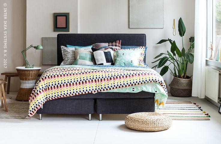 Ga voor een slaapkamer met een bohemien flair! Creëer het ultieme boho gevoel met een mix van unieke motieven, ronde vormen en kleurrijk textiel en waan je in het hele jaar door in exotische oorden. SANDHAUG Nachtkastje, 49,99/st. #IKEAxCoffeeklatch  Go for a bedroom with a bohemian touch! Create the ultimate boho feeling with a mix of unique patterns, round shapes and colorful textiles and imagine you're in an exotic place, all year round. SANDHAUG Nighstand, 49,99/st. #IKEAxCoffeeklatch