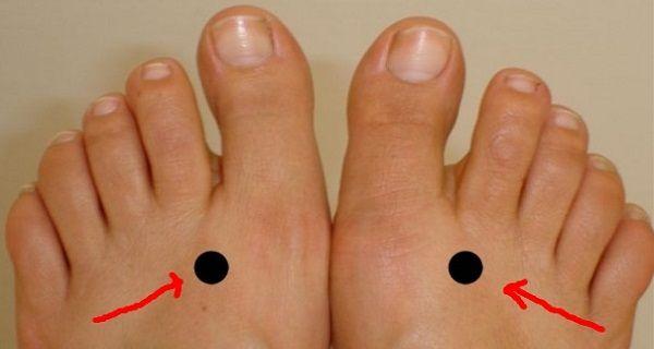 Ce point peut être très important pour vous. Il est situé sur la sangle entre le grand et le deuxième orteil. Ce que vous devez faire maintenant est d'appuyer sur ce point pendant environ 2