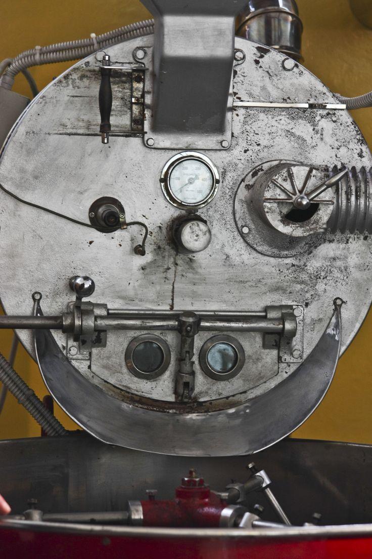 Il cuore della nostra torrefazione: la nostra macchina tostatrice tutta manuale: Vittoria.