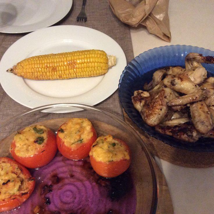 Asas de frango grelhadas com limão, tomates recheados com legumes e queijo, maçaroca. Delicioso!!