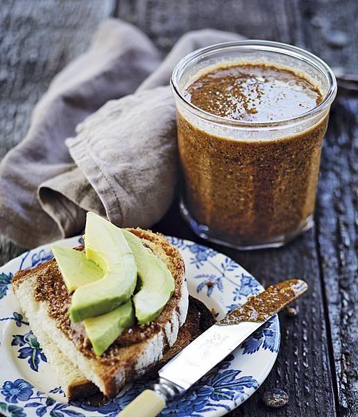 Hazelnootboter is in een afgesloten pot in de koelkast maanden houdbaar. Heerlijk in plaats van pindakaas op een sandwich, of met plakjes avocado op geroosterd brood.