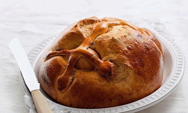 O folar de ovos é uma oferta tradicional dos padrinhos para os afilhados. Tem de fazer parte da mesa da Páscoa.