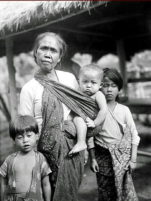 Soendanese vrouw en drie kinderen. 1937