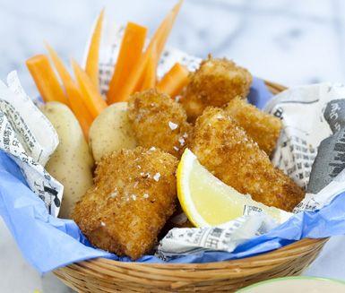 Bjud familjen på magnifik husmanskost med denna frasiga torsk med kall ägg- och kaviarröra. Rimma dina torskfiléer medan du gör din röra som blir extra krämig av lite majonnäs. Stek den panerade fisken och servera direkt med röran, morot och citron.