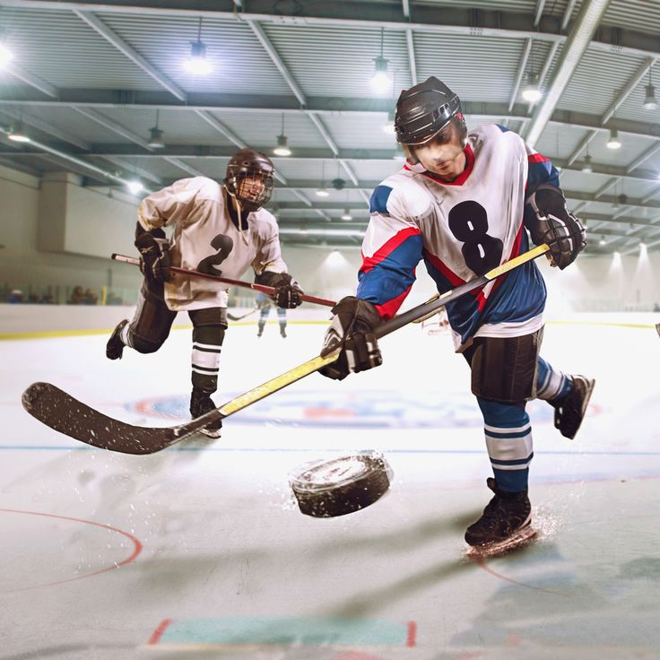 O Hóquei no Gelo é um esporte olímpico jogado num rinque de patinação entre duas equipes de seis jogadores onde todos os jogadores e juízes calçam patins sobre o gelo. Os jogadores patinam no gelo e usam tacos para movimentar um disco de borracha. O objetivo do jogo é fazer com que o disco seja colocado na baliza do adversário. Um gol equivale a um ponto. A equipe com o maior número de pontos no final vence a partida.