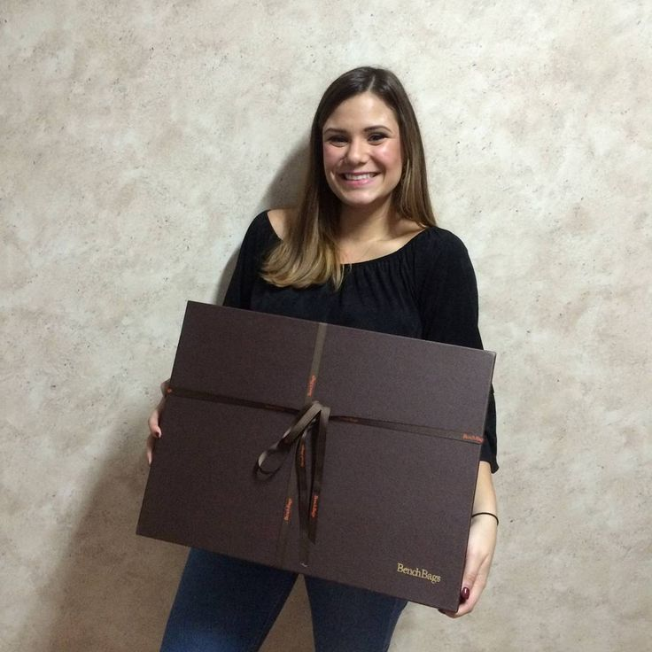Hay sonrisas de ilusión que son incomparables. Carla, esperamos que te gustara lo que había en el paquete 😉. #details #perfectgift #smile #packaging #luxe #benchbags