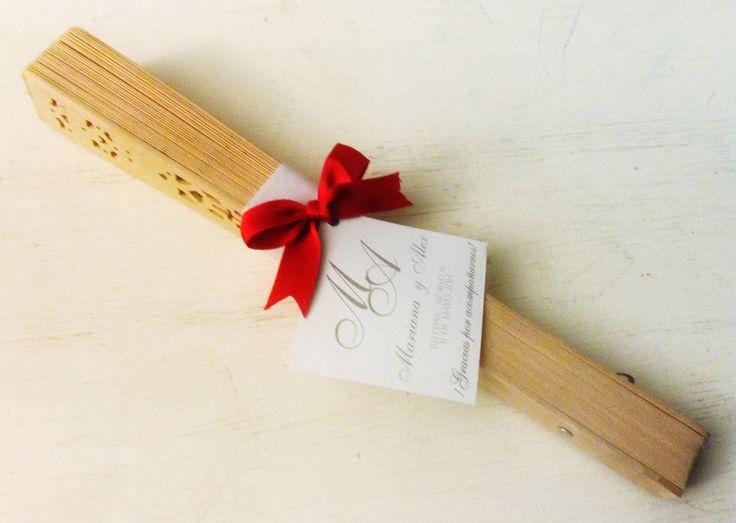 Lindo abanico de madera decorado para recuerdos de boda. Beautiful Wood fan for your wedding favors. Buy it on www.facebook.com/theperfecgift01