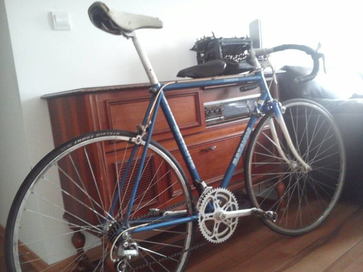 Awesome new Batavus Champion, not the highest class, but realy tight and fast bike. Came with Mavic MA2 wheels Shimano/Gipiemme hubs, SR Sakae bar Batavus seat, Suntour/SachsHuret der, Mallard pedals and all this on 2008 Batavus lightweight tubes, old classy logo and Columbus hacks.