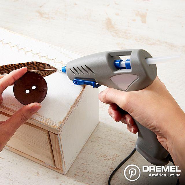 Paso 6: Para finalizar utilizaremos cualquier pegamento o pistola de adhesivo plástico para pegar los detalles decorativos que prefieran.