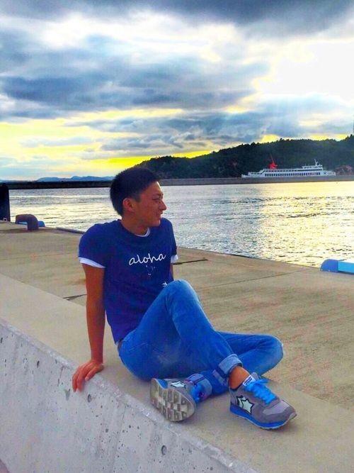 こんばんは😊 直島という瀬戸内海が広がる島に行ってきました🤙🏾☀️ 夕日をバックにパシャり📸