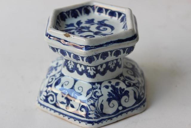Saleron en faïence de section hexagonale à piédouche, orné en camaïeu de bleu de frises de fleurons, XVIIIe siècle.