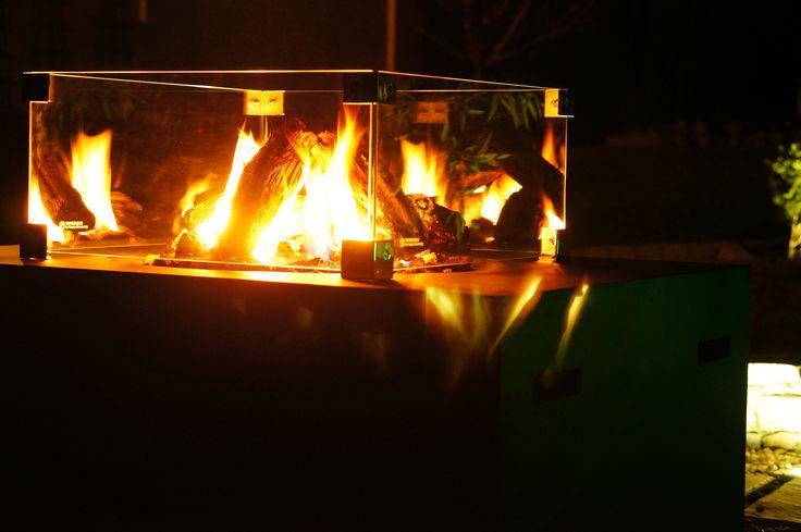 Aranżacja z wykorzystaniem gazowego paleniska ogrodowego z kompozytu wraz z szklaną osłoną.