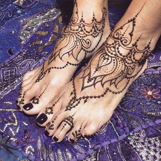 Les tatouages au henné sur les pieds, parfaits pour l'été !!