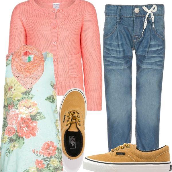 Ultime passeggiate prima che ricominci la scuola. Per una bimba vivace jeans e sneakers per la libertà di movimento ma eleganti e con una nota romantica in rosa corallo, rose e fiocchetto.