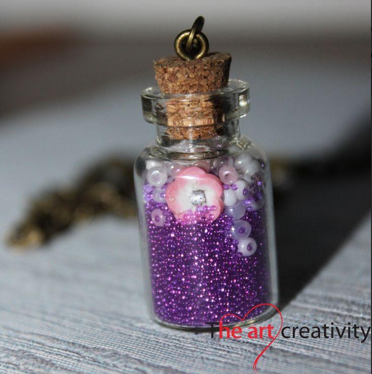 Boccetta in vetro con microsfere viola, perline lilla e un fiore in fimo rosa e bianco. #pastasintetica #fimo #flower #perle #collana #viola #microsfere #handmade