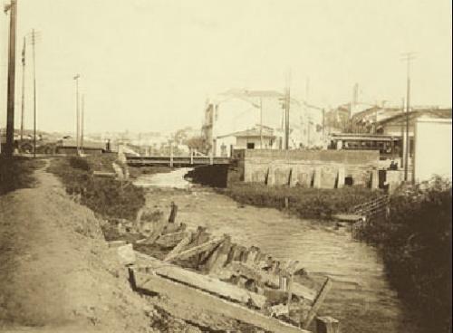 1915 - Rio Tamanduateí - antiga Ponte da Rua Tabatinguera - Centro - SP No canto superior direito da foto pode ser vista a torre da Igreja da Boa Morte na rua do Carmo.