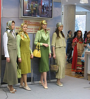 fashion show in Russian.   Orthodox fashion?  Now, there's a concept!  :)
