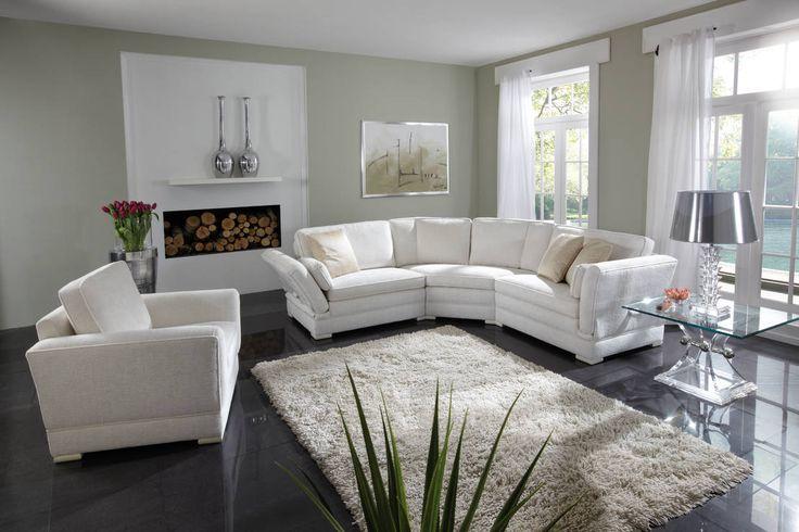 Wenn sich unterschiedliche Polstermöbel wie Sessel, Sofas und Hocker zu einem gemütlichen Ensemble versammeln, ergibt sich eine Polstergarnitur. Dieser Klassiker bringt eine einladende Atmosphäre in jedes Wohnzimmer und sorgt zusätzlich für ausreichend komfortable Sitzgelegenheiten. Polstergarnituren sind in der Regel geschmackvoll aufeinander abgestimmt, elegant, zurückhaltend und doch gemütlich. Wilde Muster-, Farb- und Materialmixe haben hier nichts zu suchen, denn jetzt geht es gediegen…