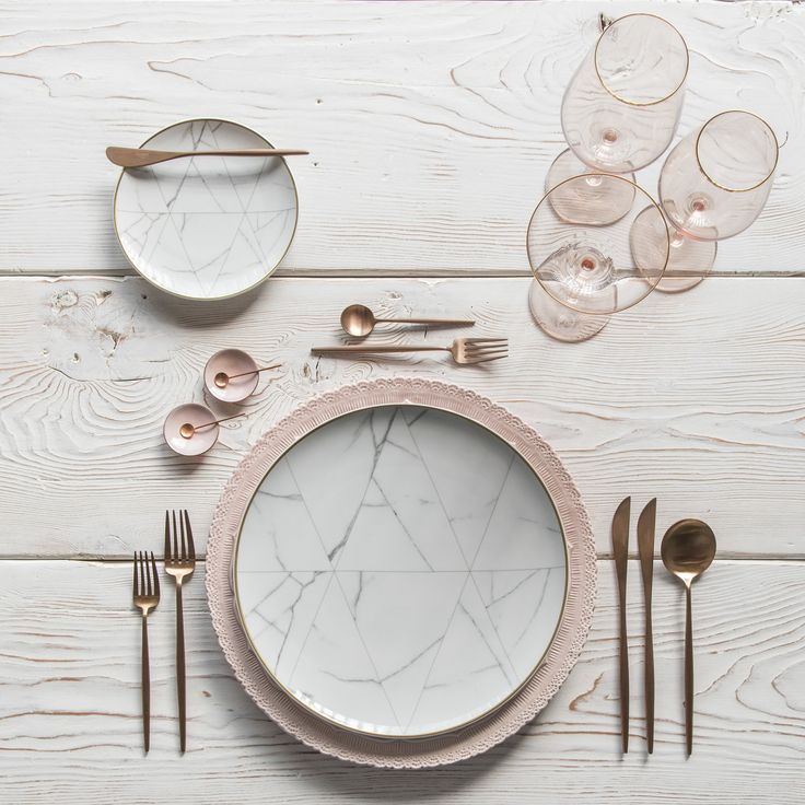 16 Rose Gold And Copper Details For Stylish Interior Decor: RENT: Lace Chargers In Blush + Carrara Dinnerware + Moon