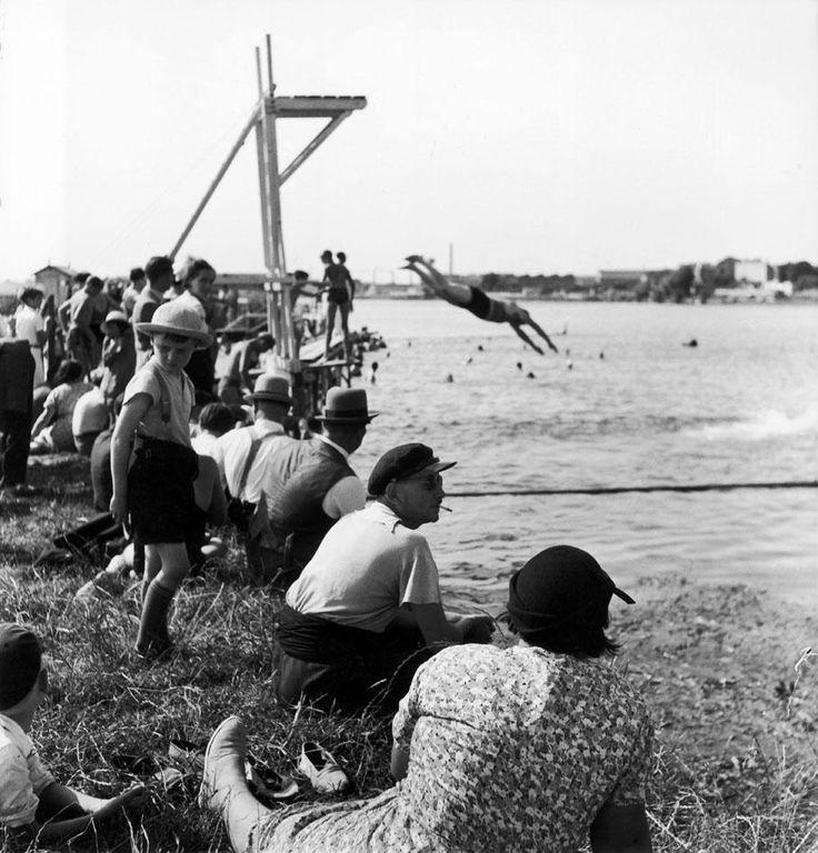 Les photographes de nos vacances (4/8) : Robert Doisneau - Les premiers congés payés, au bord de l'eau, 1936.