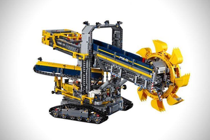 Ich habe ja lange nichts mehr von LEGO Technic gekauft, aber das Ding hier muss wohl ran. Der Bagger misst sage und schreibe 41 Zentimeter…