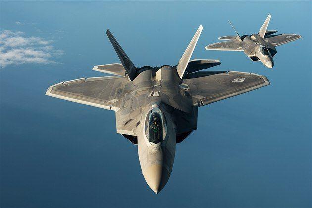 """Američtí """"dravci"""" pokračují v turné Evropou, Česku se nejspíš vyhnou 9. září 2015  9:19 Německo, Polsko a nyní Estonsko. Nejmodernější americké bojové letouny F-22 Raptor, které Pentagon na sklonku srpna vyslal poprvé do Evropy k ubezpečení svých spojenců, pokračují v zastávkách v zemích na východní hranici NATO."""