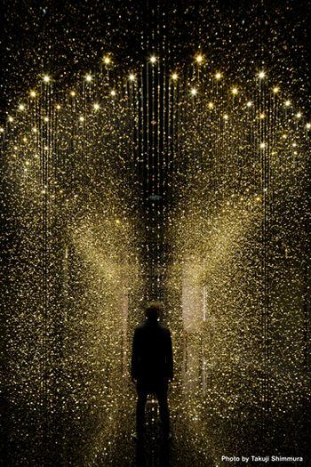 「LIGHT IS TIME」は、1918年創業のシチズンがブランドの魅力を改めて伝えるために、時計の部品を利用してつくったインスタレーション(空間を利用した現代アート)のこと。  『「光」を「時」に変え、新しい「未来」を切りひらく』というコンセプトのこの作品は、今年の春に世界的デザインの祭典、「ミラノサローネ」にも出展され、「ベストエンターテイニング賞」と「ベストサウンド賞」を受賞! そんな話題の作品が、今回凱旋展という形で日本でも見られるのです。
