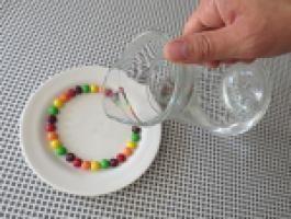 Snoep heb je in alle kleuren van de regenboog. Zo zijn er bijvoorbeeld rode, gele en groene skittles. Wat gebeurt er als je water bij de skittles schenkt?