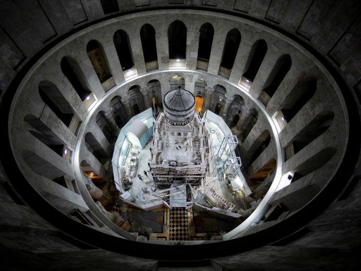 Απίστευτη αποκάλυψη: Βρέθηκε ο τάφος του Ιησού από Έλληνες επιστήμονες!!!  Για πρώτη φορά εδώ και αιώνες, επιστήμονες ανάμεσά τους και Έλληνες αποκάλυψαν την επιφάνεια που παραδοσιακά θεωρείται ο τάφος του Ιησού Χριστού. Χτισμένος στην Εκκλησία του Παναγίου Τάφου στην Παλιά Πόλη της Ιερουσαλήμ, ο τάφος έχει καλυφθεί από μάρμαρο τουλάχιστον από το 1555 μ.Χ., και πιθανότατα και πολλούς αιώνες νωρίτερα.  http://www.travelstyle.gr/vrethike-o-tafos-tou-iisou-apo-ellines/