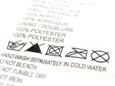 ¿Cuántas veces nos fijamos en las etiquetas de la ropa antes de lavarla? La realidad es que pocas veces tenemos la precaución de leer la etiqueta, en la que se indican los cuidados específicos que requiere cada prenda. Si por descuido, o porque no sabías lo que querían decir los iconos de las etiquetas, aprende aquí<strong> qué significan los símbolos de las etiquetas de la ropa</strong> para así lavar correctamente tus prendas.