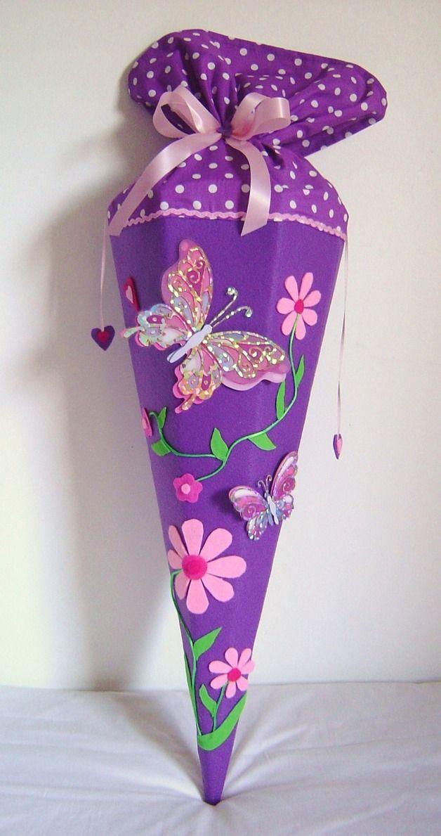 Wunderschöne Schultüte Schmetterlinge Aus lila Filz, mit zwei Schmetterlingen mit ein bisschen Glitter auf den Flügeln und einer Blumenranke. Der Stoff- Verschluss in lila mit weißen...