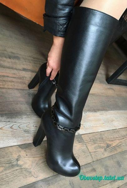 Черные кожаные высокие сапоги на скрытой подошве с цепью