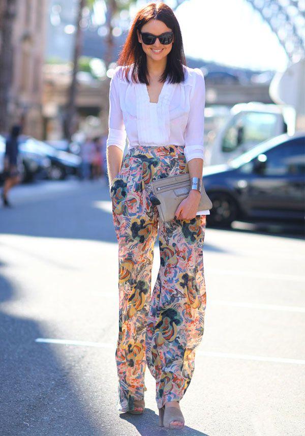 Look escritório com calça pantalona floral e camisa branca.