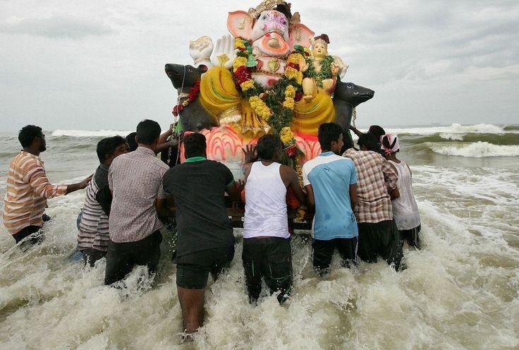 India, gargando una imagen de Ganesh pa su inmersion durante un festival.