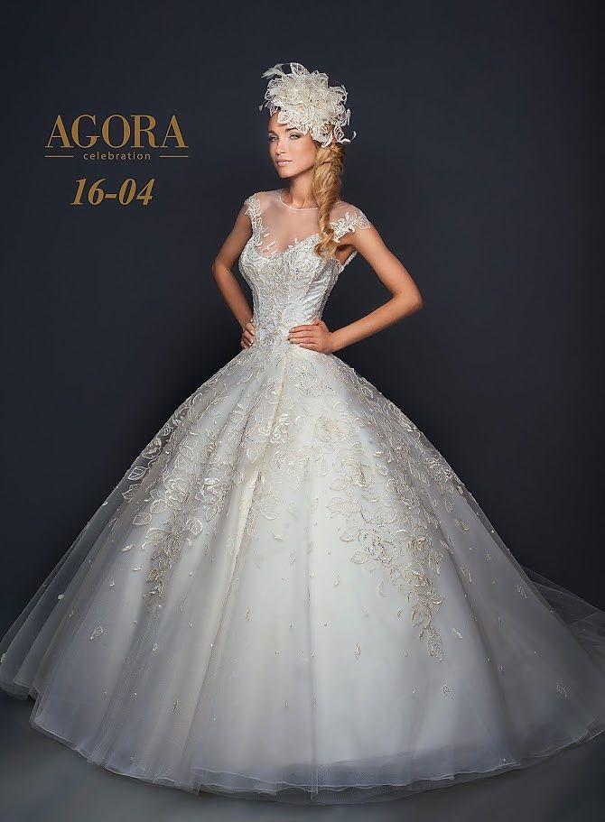 Agora 16-04, collectie 2016 nb. Een prachtige prinsessen trouwjurk met een luxueuze uitstraling. Het strakke lijfje is in een prachtig samenspel met de volumineuze rok. Het dessin in de jurk zijn luxe rozen en bloemen, meer is niet nodig om die tot een prachtige jurk om te toveren. De bijpassende haartooi kan ook vervangen worden door een andere haaraccessoires uit de collectie van Koonings. #gipsy #prinsessenstijl #exclusief #kant #agora #koonings