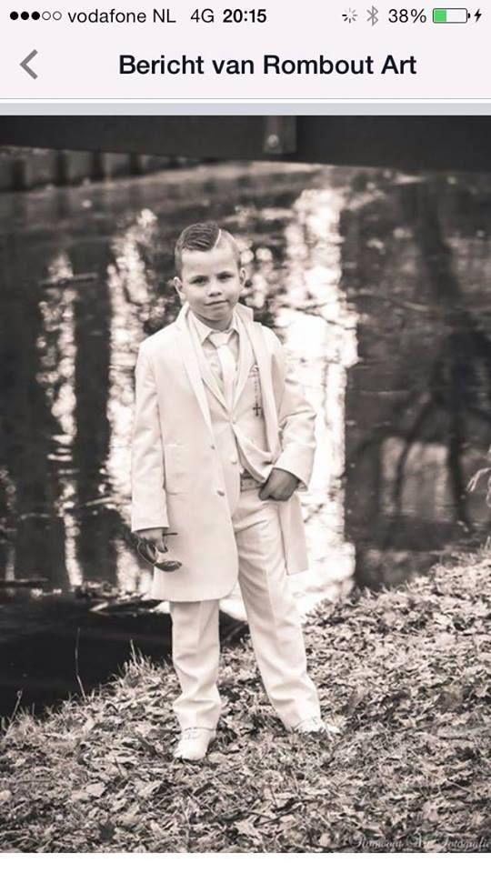Voor deze jongen mocht ik een mooie luxe overjas maken. Deze droeg hij over zijn kostuum ( model Diva bij Corrie's bruidskindermode) toen hij communie ging doen. Het staat hem fantastisch!! Wil jij ook zo'n overjas of mooi kostuum. Kijk dan eens op bruidskindermode.nl of kom in de winkel. Graag tot ziens.