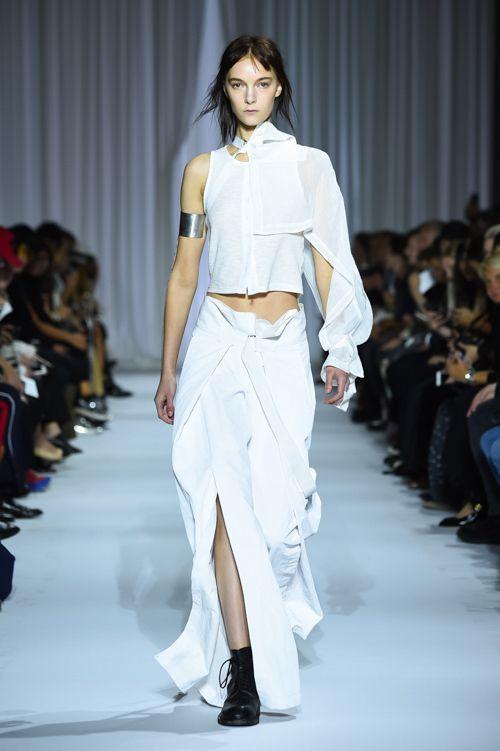 アン ドゥムルメステール 2017年春夏コレクション - 黒と白の世界に一筋のフェミニティを見つける | ニュース - ファッションプレス