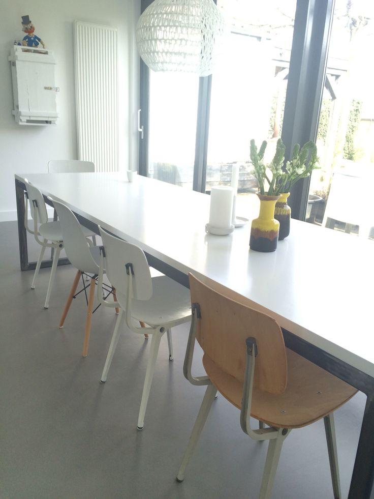 Oude Revolt design stoelen, bijna klaar met opknappen..nog likje verf.