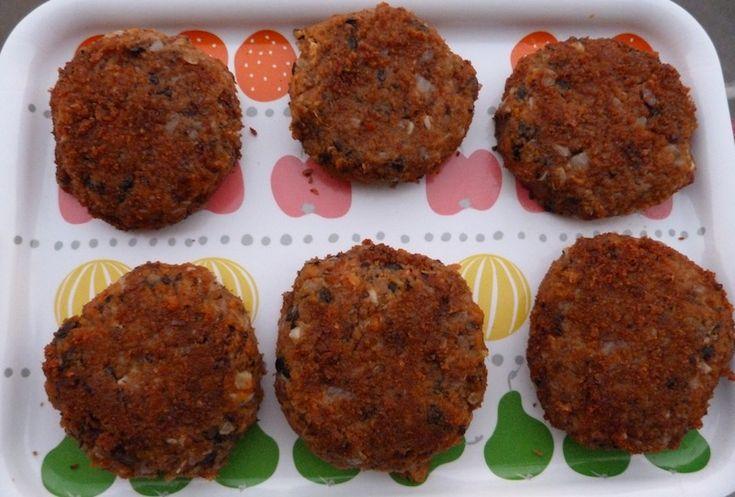 Deliciosos hambúrgures vegan de feijão preto e batata doce. Se és carnívoro e céptico experimenta aqui esta maravilha de natureza vegan. Sabe mais aqui!