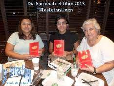 Regalando libros con motivo del Día Nacional del Libro 2013.