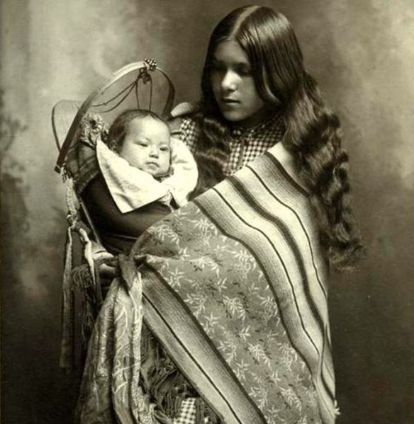 White Wolf : Traditional Blankets And Their True Meaning to Native Americans Navajo woman, circa 1900.