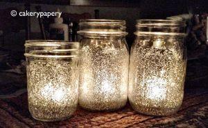 Klebe + Wasser, Innenseite bepinseln, Glitter rein, Glas drehen... fertig. http://cakerypapery.com/2012/11/27/festive-holiday-diy-glitter-mason-jar-candles/