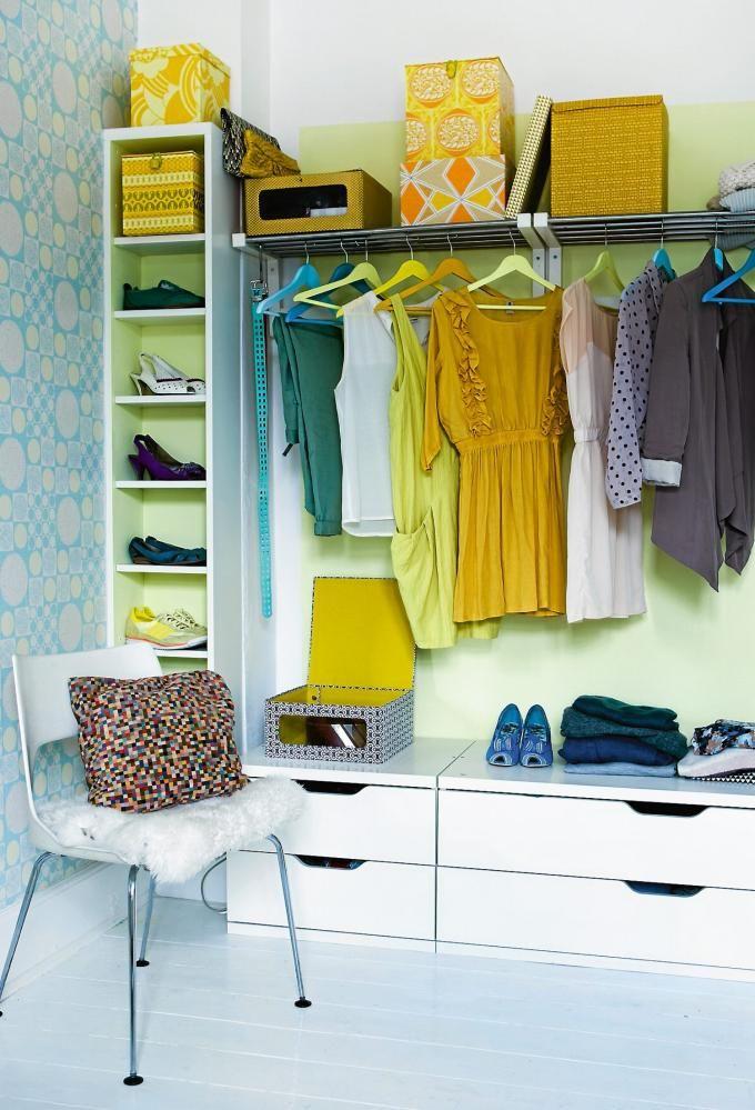 GARDEROBE: Stolmen kommode, en Billy-reol og garderobestenger, alt fra Ikea, fungerer som det perfekte garderobeskapet. Veggen bak er malt med Flügger fargekode S0520-G804. Også kleshengerne er malt i forskjellige farger. Stolen er et loppefunn. Tapetet som skimtes til venstre er fra retrovilla.dk.