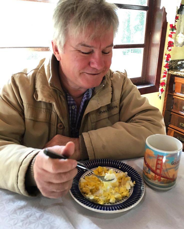 Meu pai toma água com limão em jejum PORQUE sente que faz bem.  Come dois ovos cozidos pela manhã PORQUE sente que faz bem e sente saciedade por um período longo.  Toma um café com nata por dia no café da manhã.  Vem almoçar junto com a família para participar ( se não viria mais tarde). Janta depois das 19 horas normalmente.  Não faz lanches... As vezes sai da dieta (cervejinha)... Mas respeita a saciedade e a fome na maior parte do tempo.  Está cumprindo 90% da dieta e melhorando aos…